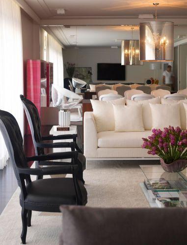 O clássico e a modernidade convivem nos móveis e objetos que preenchem os ambientes do apartamento nos Jardins, em São Paulo, reformado e decorado pelo arquiteto Diego Revollo