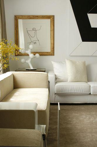 À direita, detalhe do sofá da Montenapolenone. À esquerda, sofá do designer Le Corbusier. A foto é da sala de estar de um apartamento decorado por Diego Revollo