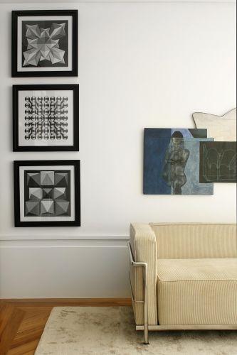 A obra que aparece sobre o sofá do designer Le Corbusier é assinada pelo artista plástico Luiz Paulo Baravelli. À esquerda, imagens geométricas foram igualmente emolduradas e decoram a parede da sala de estar