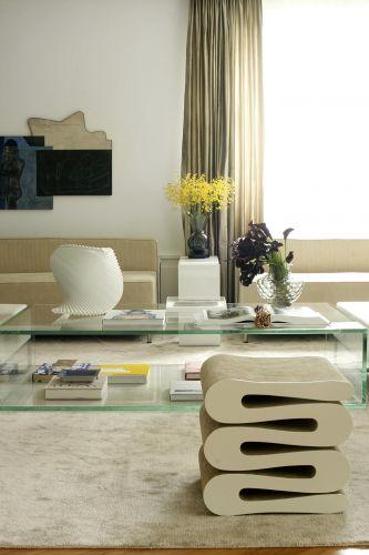 O pufe que aparece em primeiro plano, à venda na Micasa, é de papelão. Atrás dele, a mesa de vidro desenhada por Diego Revollo é feita com um vidro denominado