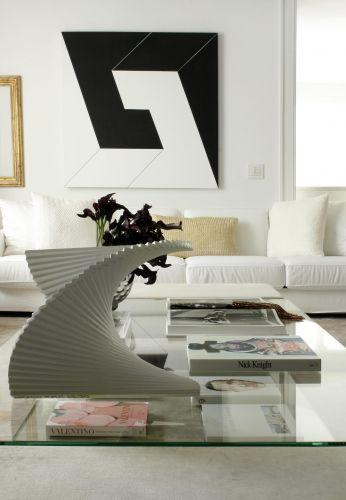 Em primeiro plano, escultura do artista plástico Ascânio Maria Martins Monteiro. A peça está sobre uma mesa de vidro desenhada pelo arquiteto Diego Revollo e executada pela Vidro Arte
