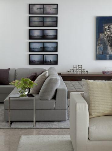As tonalidades neutras do mobiliário e dos revestimentos de piso e parede concedem unidade e reforçam a ideia de integração dos espaços de estar, lounge e home theater