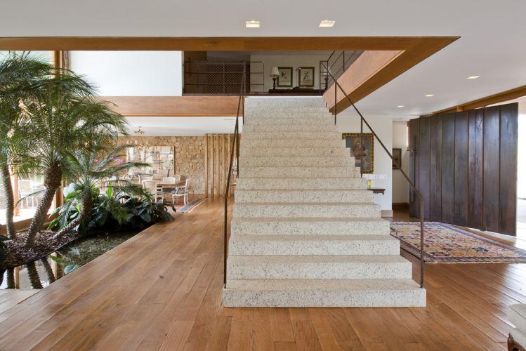 O paisagismo interno, de Maria João D'Orey, é parte essencial da composição despojada da casa de campo, e complementa o uso combinado da pedra e da madeira de demolição. O projeto arquitetônico é de Erick Figueira