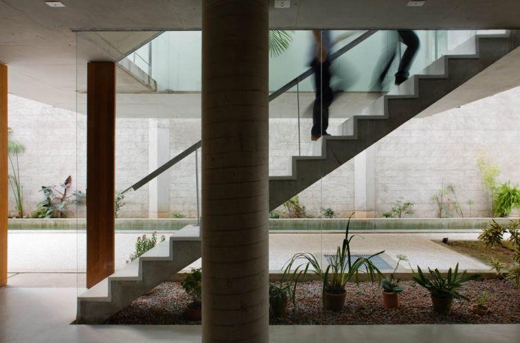 escadas externas jardim:Escada em um lance com uma diferenciação entre o acabamento do piso