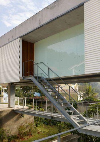escadas externas jardim : escadas externas jardim:Escada metálica curva, com espelhos estruturais que sustentam as