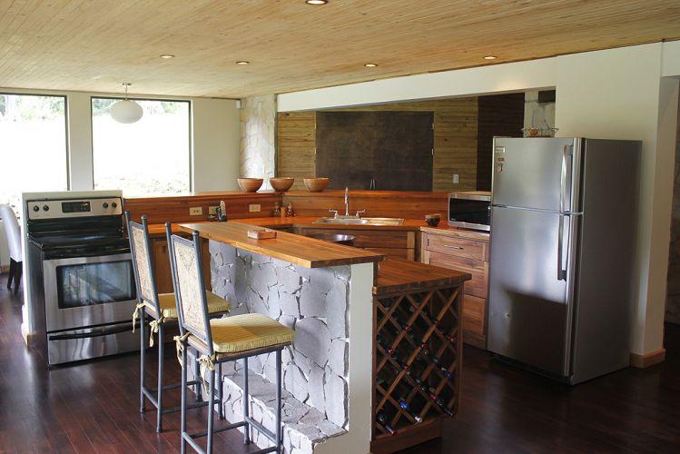 Lounge, cozinha e sala de jantar compartilham o mesmo espaço livre de barreiras visuais
