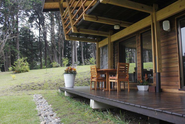 Todo o madeiramento da parte externa da casa é teca reflorestada e certificada, o que está de acordo com a proposta sustentável do projeto