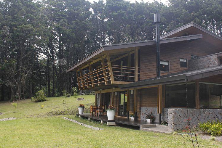 A casa foi disposta no terreno de forma que o bosque a protege dos ventos frios que sopram no período noturno