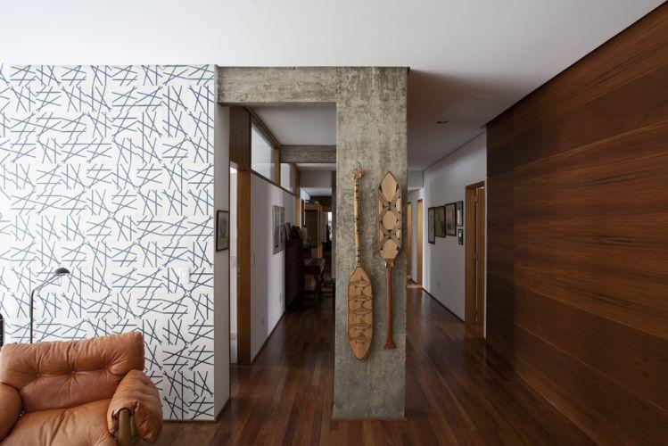 Localizada à esquerda do corredor de dormitórios, a sala íntima apresenta trabalho de Fabio Flaks, composto por ladrilhos hidráulicos de 20 cm por 20 cm, exclusivos; a textura da composição varia em densidade ao longo do painel, que se estende até a janela