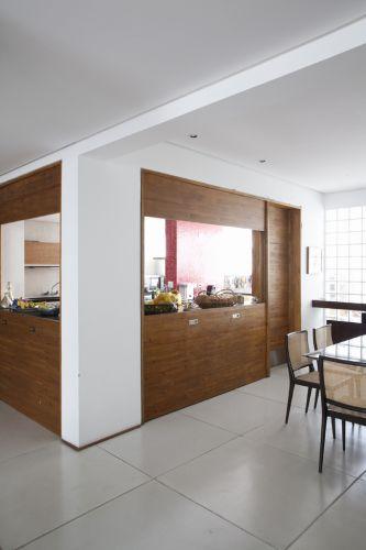 Janelas do tipo ideal (ou guilhotina) separam a cozinha dos ambientes sociais. Formada por painéis que se movimentam para cima e para baixo, em sistema de contrapeso, a esquadria é outro clássico dos chamados