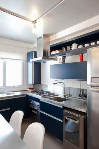 A cozinha do Estúdio Option, cujo projeto de interiores é do escritório FGMF Arquitetos, tem boa iluminação natural e espaço suficiente para cozinhar. A bancada é feita de inox e os armários de MDF têm acabamento azul petróleo