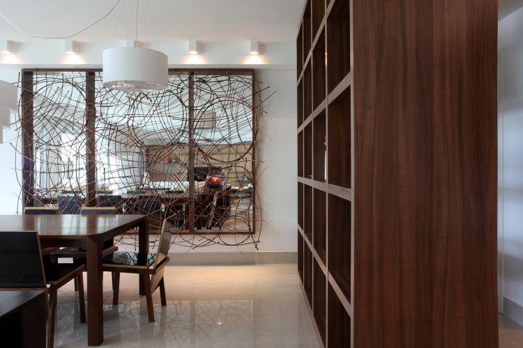 A estante com muitos nichos, desenhada pelo arquiteto Frederico Zanelato e executada pela SCA, serve tanto para dar apoio aos objetos de decoração da sala de jantar, como para definir a circulação para a cozinha e para o jantar