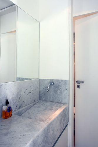 As modernas bancadas dos banheiros foram executadas com mármore banco espírito santo, assim como as paredes dos boxes
