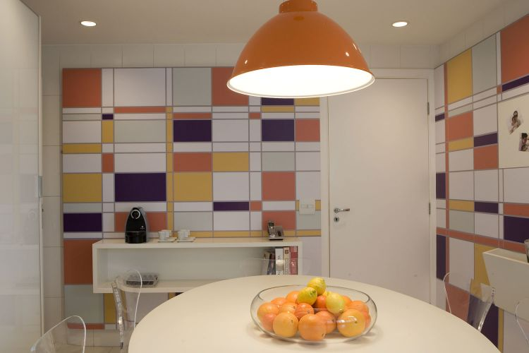 O pendente Seventh, da Bertolucci, ilumina a mesa FK, da Casa 21, com tampo de madeira laqueada e pé metálico. Ao redor, cadeiras incolores e transparentes não interferem no conjunto. As peças lembram o modelo Series 7, criado por Arne Jacobsen em 1955