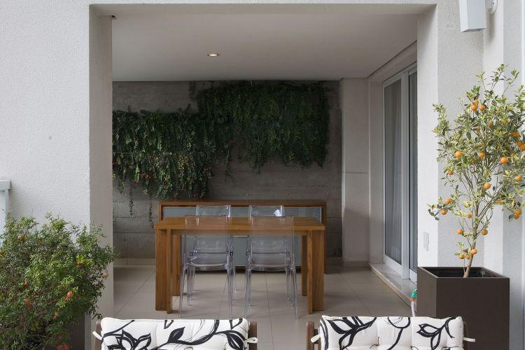 O terraço foi ambientado com mesa e aparador de freijó e cadeiras transparentes. O paisagismo leva assinatura der Maria Helena Cruz