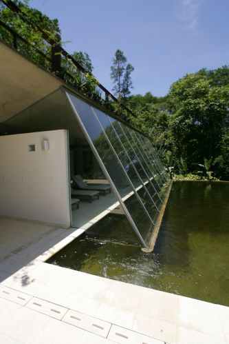 O pavilhão de lazer, com a sala de descanso e spa dispostos de frente para a piscina que, por ser alimentada pela água corrente do rio Pouso Alto, dispensa tratamento químico