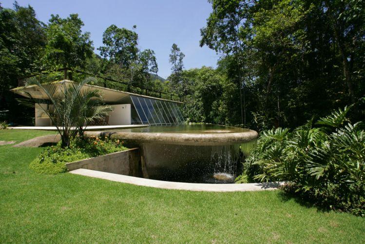 A piscina, de borda infinita, é preenchida pela água do rio Pouso Alto. Conforme a água transborda, volta para o percurso do rio. Assim, constantemente, a água da piscina é renovada, o que dispensa o uso de produtos químicos