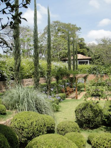Os ciprestes trazem verticalidade ao jardim de uma fazenda no interior de So Paulo, trabalho de Gilberto Elkis