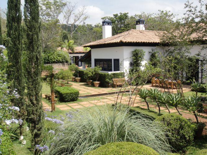O uso de diferentes espécies de plantas resultou em um jardim rico de texturas, formas e cor. Trabalho de Gilberto Elkis para uma casa de fazenda no interior de São Paulo