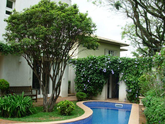 A jabuticabeira (Myrciaria cauliflora) foi plantada em frente à varanda da sala de estar, no jardim no jardim junto à piscina. Aos seus pés, o