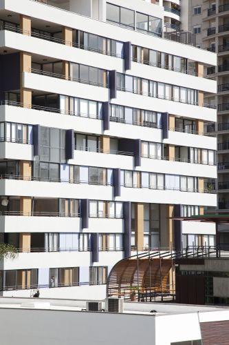 Não há continuidade nas janelas que, em tamanhos variados, formam módulos distintos e interrompidos por vazios