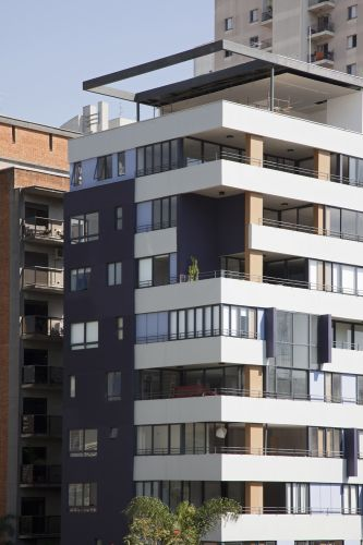 A fachada expõe ainda pilares encapados com laminado melamínico especial para fachadas; a estrutura vertical distribui-se pelo perímetro do prédio e ao centro, em volta dos elevadores