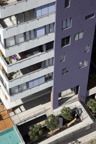 Todo o entorno dos pavimentos contém caixilhos de alumínio desenhados para este projeto, que podem ser fechados tanto com vidro (em janelas), como em placas cimentícias (paredes)