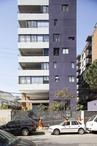 Com fachadas bem iluminadas e ventiladas, a lateral do edifício volta-se para a Rua Lira, no Alto de Pinheiros
