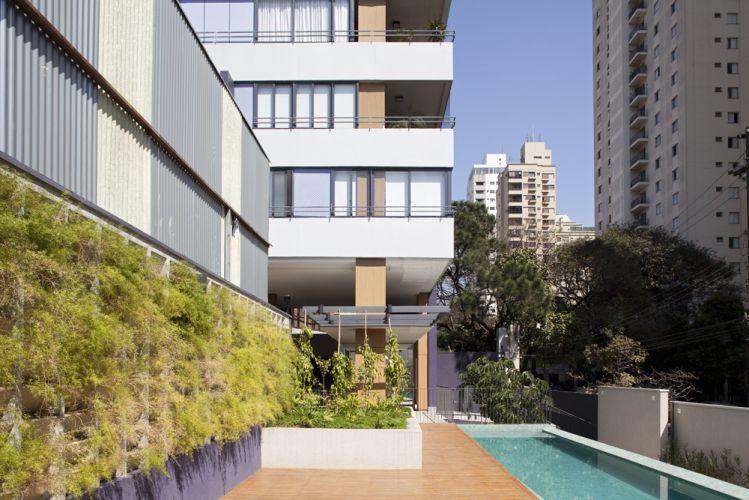 O paisagismo procurou integrou verde ao lazer, desde o entorno da piscina, estendendo-se por todas as áreas comuns do térreo, inclusive a parte coberta