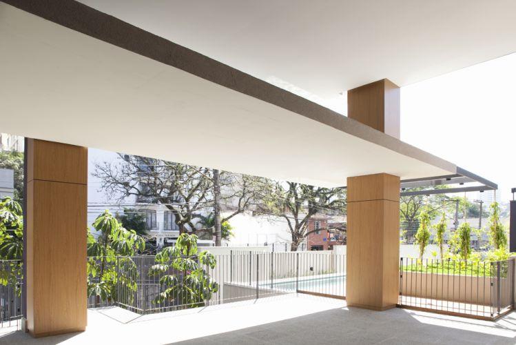Os pilares revestidos de laminado melamínico para exteriores ficam aparentes no térreo e em todos os pavimentos, por onde passam através de perfurações das lajes