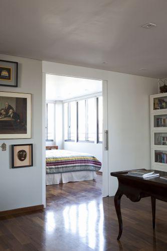 O quarto que aparece é da planta original do apartamento. Porém, Victoria Kertzer suprimiu o banheiro que havia ligado a ele e também o segundo dormitório, compondo um amplo escritório, também é usado como closet. As portas do armário foram espelhadas para intensificar a luz e a sensação de amplitude. A porta de correr que isola o quarto, da