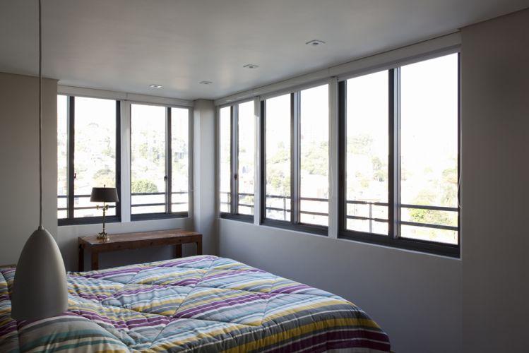O único quarto do apartamento é fartamente iluminado pelas aberturas em duas paredes. As esquadrias, desenvolvidas para o edifício, são modulares e não caracterizam os espaços internos.