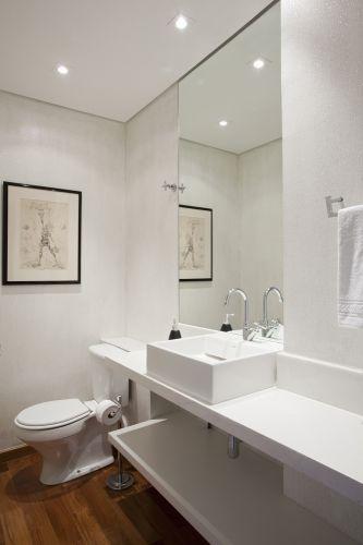 O lavabo, assim como restante do aparamento, possui forro de gesso e piso de madeira. Para as paredes, Victoria Kertzer escolheu tinta com glitter, da Anil Tinas, que brilha dependendo da forma como bate a luz