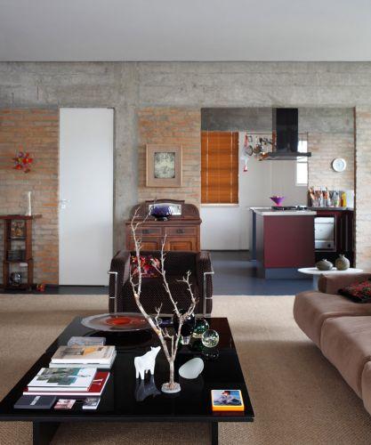 O apartamento dos anos 1960 foi reformado e mistura rusticidade e elegância, além de abrigar muitas obras de arte
