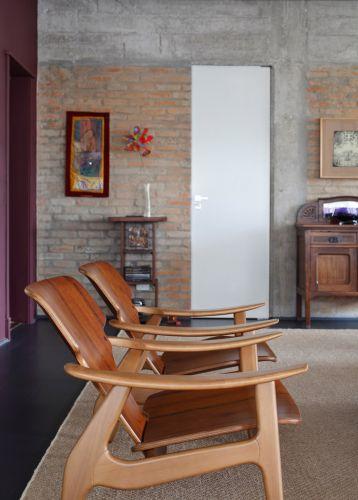No detalhe da sala de estar, poltronas Diz (do designer Sergio Rodrigues)
