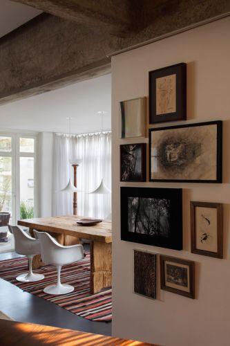 Sala de estar de apartamento em São Paulo construído em 1962 e reformado pelo arquiteto Gustavo Calazans. O apartamento de 185 m² teve ambientes integrados após a obra, entregue em 2008