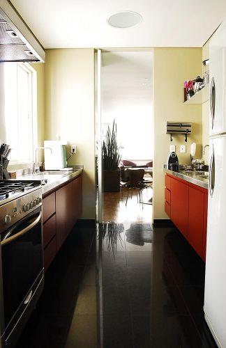 Muito funcional, a cozinha tem piso em granito preto absoluto da Granitex e armários práticos que embutem todos os eletrodomésticos