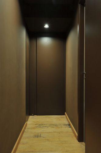Guto Requena apostou em cores intensas para transformar um apartamento-padrão em um espaço contemporâneo. O corredor, por exemplo, recebeu um tom profundo de marrom, da Suvinil