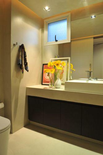 No banheiro do apartamento em São Paulo reformado por Guto Requena, além das linhas retas, o piso cimentício da NS Brazil confere um ar contemporâneo ao espaço. Louças e metais Deca