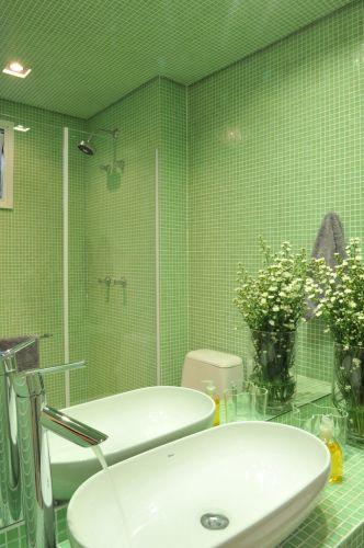 No banheiro da segunda suíte do apartamento em São Paulo, reformado pelo arquiteto Guto Requena, as pastilhas verdes da Vidrotil revestem bancada, paredes e até o forro. Louças e metais sanitários são Deca