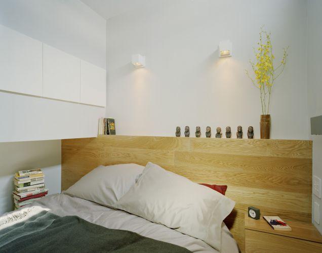 O espaço da cama é confortável, conta com armários, criado mudo e luz natural