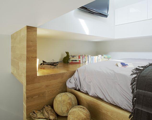 Vista do dormitório, com armários, aparador, TV e luz natural