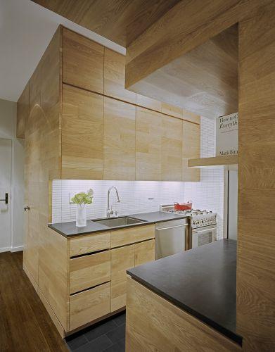 Os armários da cozinha fazem parte do módulo que ainda abriga o closet, o quarto e o banheiro