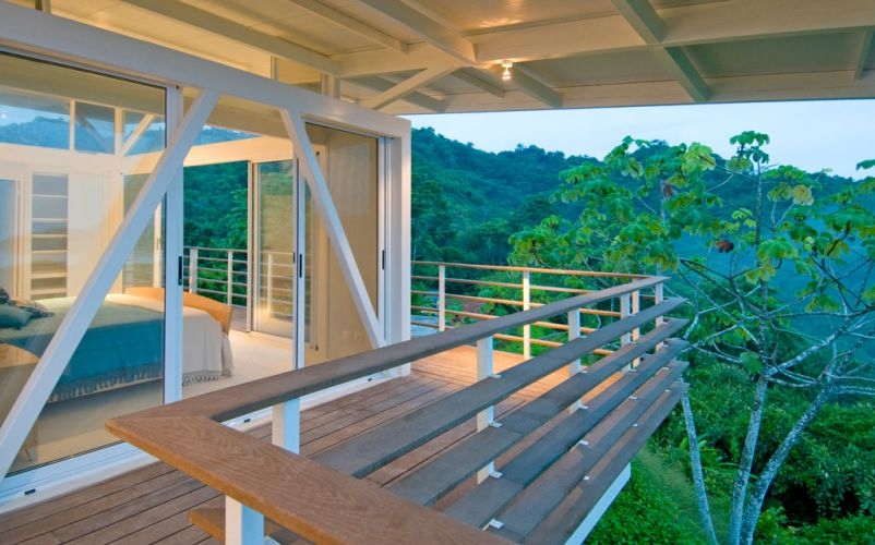 O desenho arquitetônico da casa Iseami, na Costa Rica, de autoria de Juan Robles, proporciona ventilação cruzada e renovação constante de ar