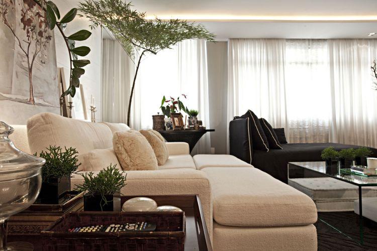 O sofá mais claro tem revestimento de seda rústica de Nani Chinellato e almofadas de pelo do Empório Beraldin; atrás do sofá, o painel de carvalho americano laqueado em branco (execução da Marcenaria SA) separa a sala de estar do closet