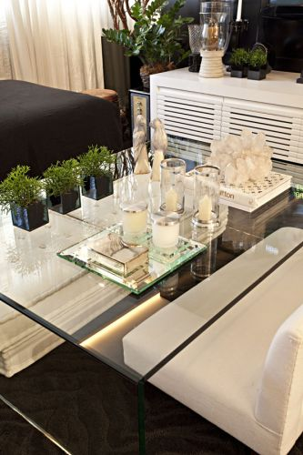 Detalhe da mesa de centro feita pela Amaral Vidros com o DiamondGuard, da Guardian. Acompanham-na os futons e um minisofá, revestidos de linho (Empório Beraldin), para refeições familiares mais despojadas, de frente para a TV