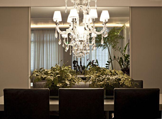Na sala de jantar, a joia da casa: lustre de cristal Josephine, da Artecristallo; a mesa retangular em laca cinza brilhante também foi executada pela Marcenaria SA
