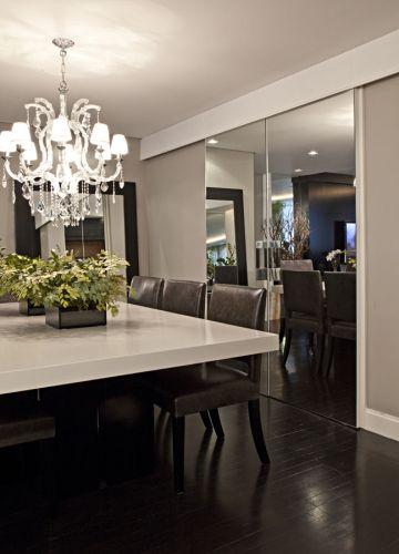 Folhas de espelho fornecidas pela Guardian cobre, duas portas centralizadas que separam a sala de jantar da cozinha, integrando-as quando desejado