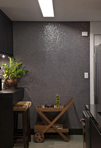 Detalhe da parede revestida com minipastilhas da Colormix (formato 13 mm x 13 mm). No piso foi aplicado Tecnocimento, produto da NS Brasil