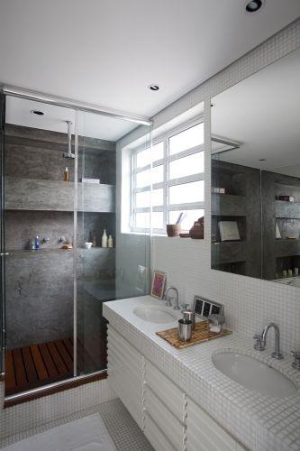 O banheiro da suíte máster é todo branco com revestimento d